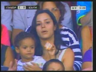 ロナウジーニョの子供と母親が試合観戦